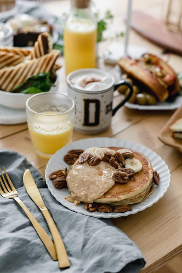 Les pancakes de Coney Cookies avec du beurre de cacahuète, des bananes et des noix de pécan